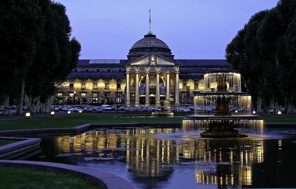 Kurhaus Am Abend Garten Und Brunnen In Wiesbaden A New Adventure